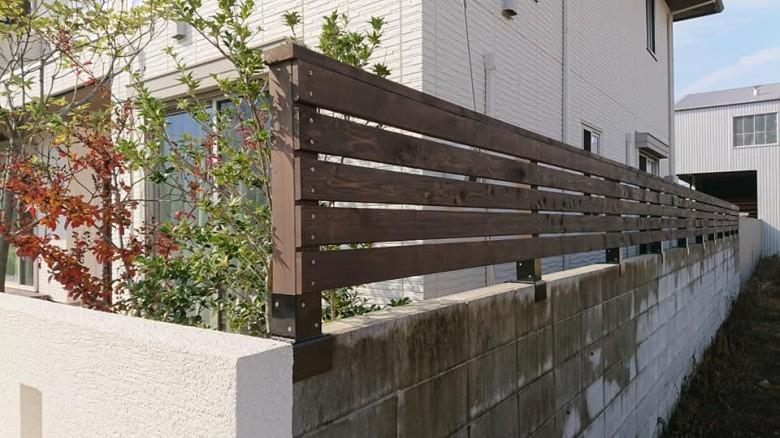コンクリートブロック上に目隠しフェンス(レッドシダー)
