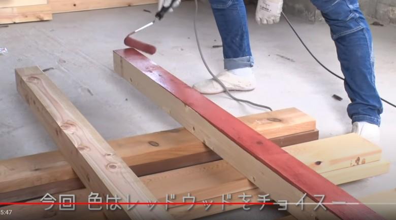 土台となる木材(角材)に塗装していきます。