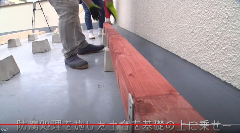 土台となる大引き材を束石に固定していきます。