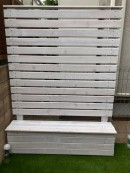 人工芝のお庭に映える真っ白なプランター付きのウッドフェンス(レッドシダー)
