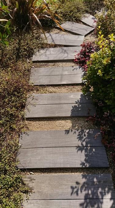 お庭のアプローチや飛び石に最適な枕木