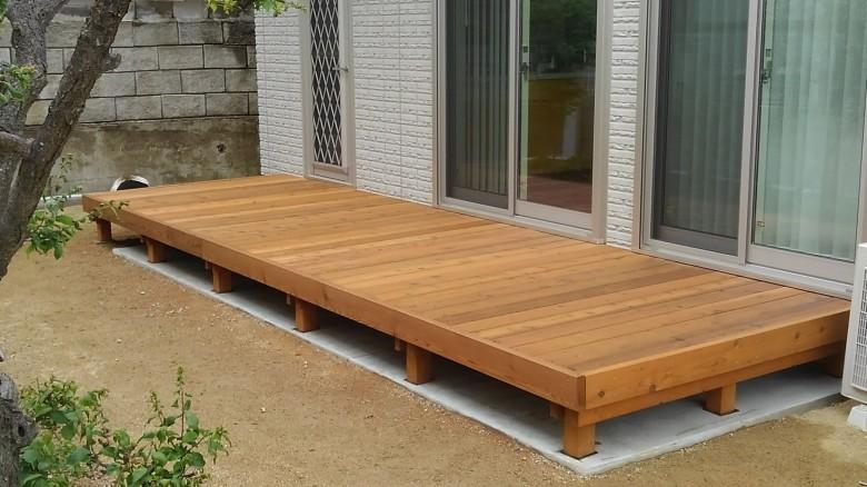 床板にレッドシダーの2×6材41枚を使用した迫力のあるウッドデッキ