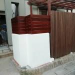 ブロック塀の塗り壁の上にウリンで柵(目隠し)を設置
