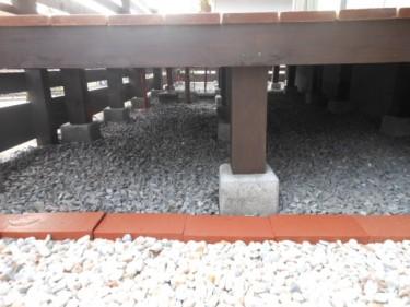 ウッドデッキ下部には砕石を敷き詰め