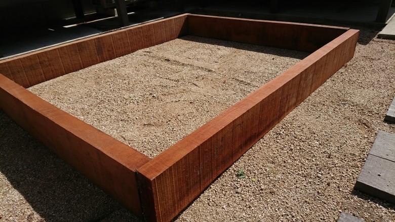 ウリン枕木を使用した家庭菜園用の花壇
