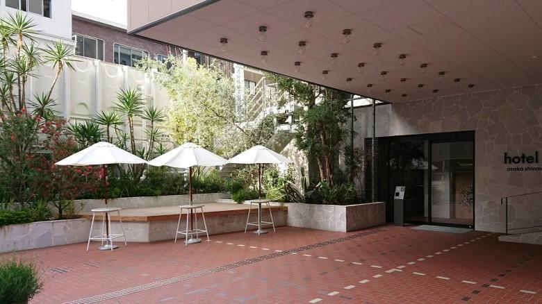 デザイナーズホテルのウッドデッキ(サイプレス)