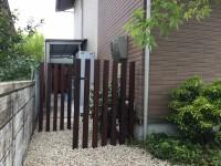 古い裏木戸をウリンの角柱にリフォーム