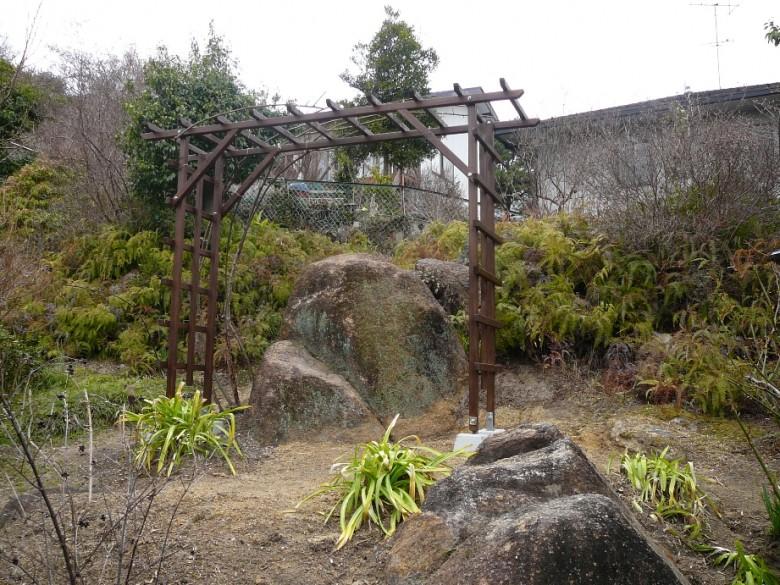 デイケア―サービスの施設の庭に設置したパーゴラ(レッドシダー)