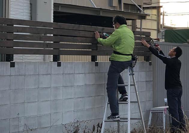 コンクリートブロック上に目隠しフェンスを設置(レッドシダー)