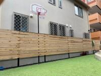人工芝のグリーンとの相性が抜群のサイプレス材使用のウッドフェンス